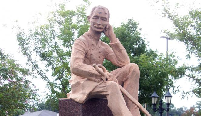 Hero's Plaza & Statue of Gov. Henry Watkins Allen  - West Baton Rouge Louisiana